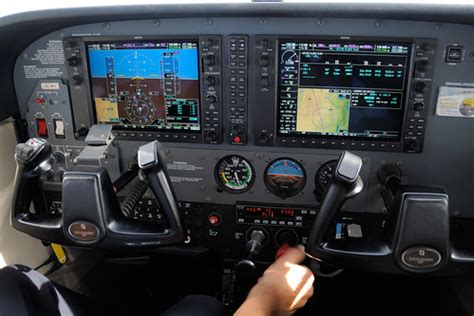 Garmin G1000 EFIS | Trying to follow a vertical track (new